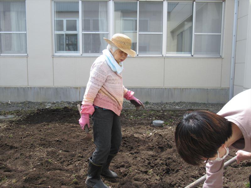 畑を耕しました!!