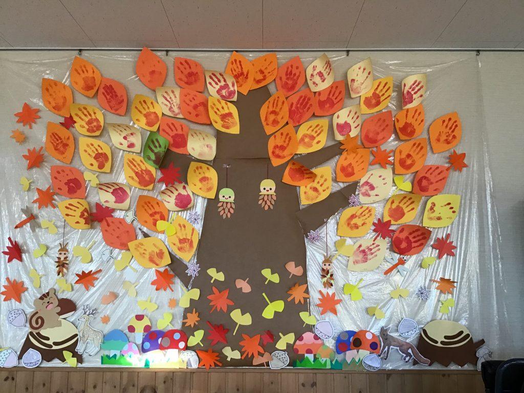 しゃくなげ荘の皆さんの手形の葉で秋を感じてみました🌰